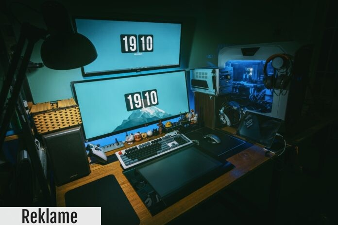 Et hjemmekontor med skrivebord