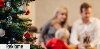Mor, far og barn med et juletræ