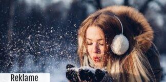 Glad kvinde i sneen