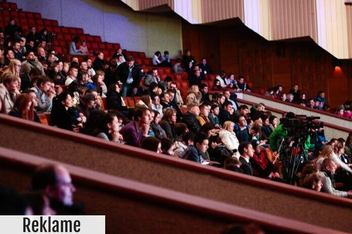 Eventdeltagere på sidde pladser